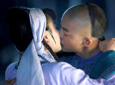 Nu hon lang man cua Ha Tu Vy va Phuc Nhi Khang hinh anh