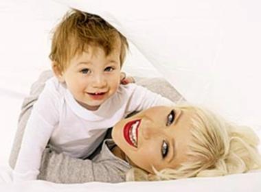 Con trai luon bao ve Christina Aguilera hinh anh