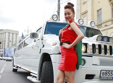 Minh Hang goi cam ben sieu xe hinh anh