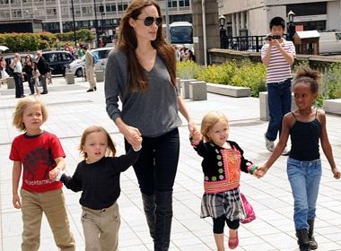 Con gai Angelina Jolie mac ao tho cam Viet Nam hinh anh