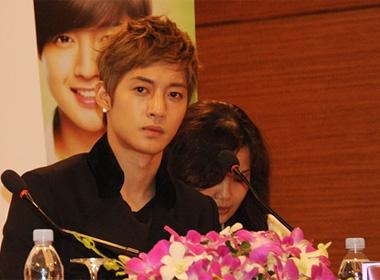 Kim Hyun Joong tiet kiem nu cuoi voi gioi truyen thong hinh anh