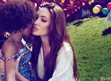 Angelina Jolie khong bi mat cuoi chui hinh anh
