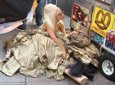 Lady Gaga 'vo ech' vi giay qua cao hinh anh