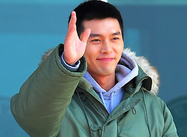 Hyun Bin lam MC trong quan ngu hinh anh