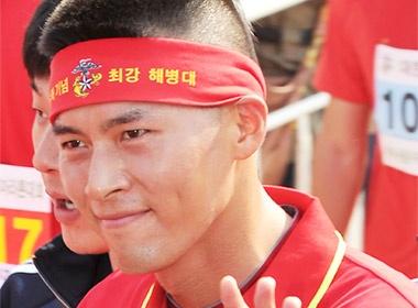 Hyun Bin dien ao do, khoe dau hui cua hinh anh