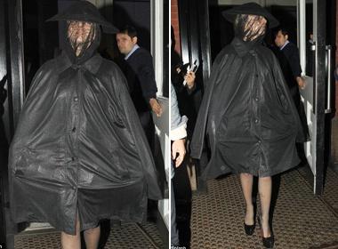 Lady Gaga dien ao mua giua troi kho rao hinh anh