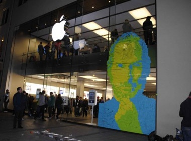 Buc hinh Steve Jobs dac biet tai cua hang Apple Store hinh anh