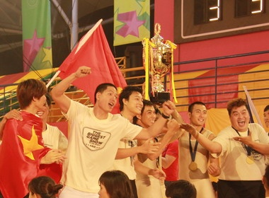 Doi Viet Nam doat cup The biggest game show hinh anh