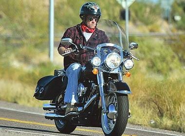 Hoang tu Anh 'bui bam' ben xe Harley-Davidson hinh anh