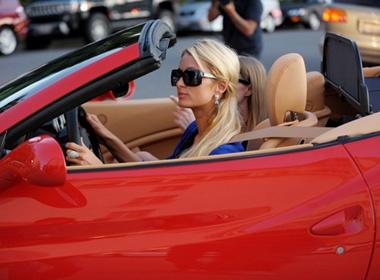 Can canh sieu xe Ferrari mui tran moi cua Paris Hilton hinh anh
