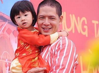 Con gai Binh Minh tung tang ao dai do hinh anh