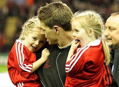 Ngam be yeu cua Steven Gerrard hinh anh