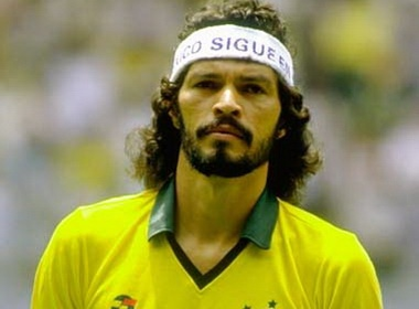 World Cup 1982: Socrates - Nha 'Hien triet' Brazil hinh anh