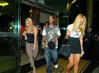 Ronaldinho - 'ong Vua tiec tung' hinh anh