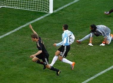 Thang Argentina '4 sao', Duc hien ngang vao ban ket hinh anh