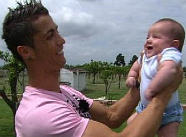 Ronaldo tra tien de duoc nuoi con hinh anh