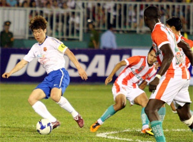 Park Ji-Sung va Nakata ghi diem tren san Thong Nhat hinh anh