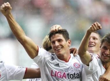 Gomez lap hat-trick, Bayern vui dap Kaiserslautern hinh anh