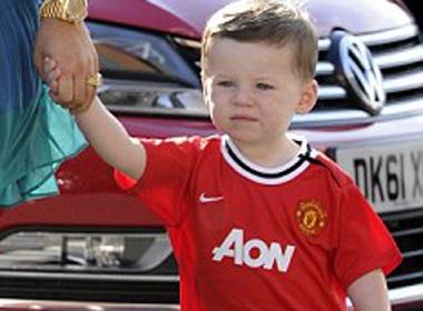 Be Kai mac ao MU co vu bo Rooney hinh anh