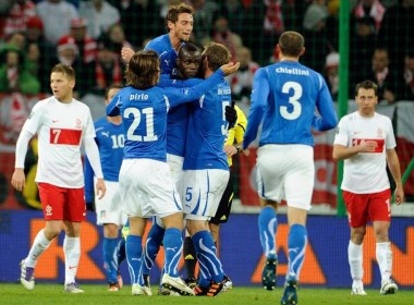 Balotelli giup Italy ha dep Ba Lan, Duc hoa Ukraine 3-3 hinh anh