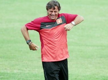 HLV Falko Goetz chan thuong, U23 Viet Nam tap da penalty hinh anh