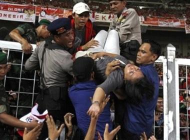 Hai fan Indonesia chet tham trong tran chung ket SEA games 26 hinh anh