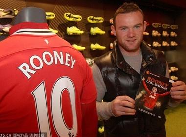 Rooney ban dia khoe chien tich trong mau ao MU hinh anh