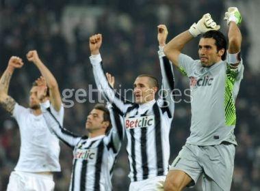 Ha guc Cesena, Juve doi lai ngoi dau tu tay Milan hinh anh