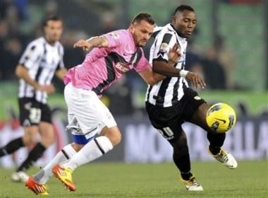 Juve va Udinese dang chuc vo dich mua Dong cho Milan hinh anh