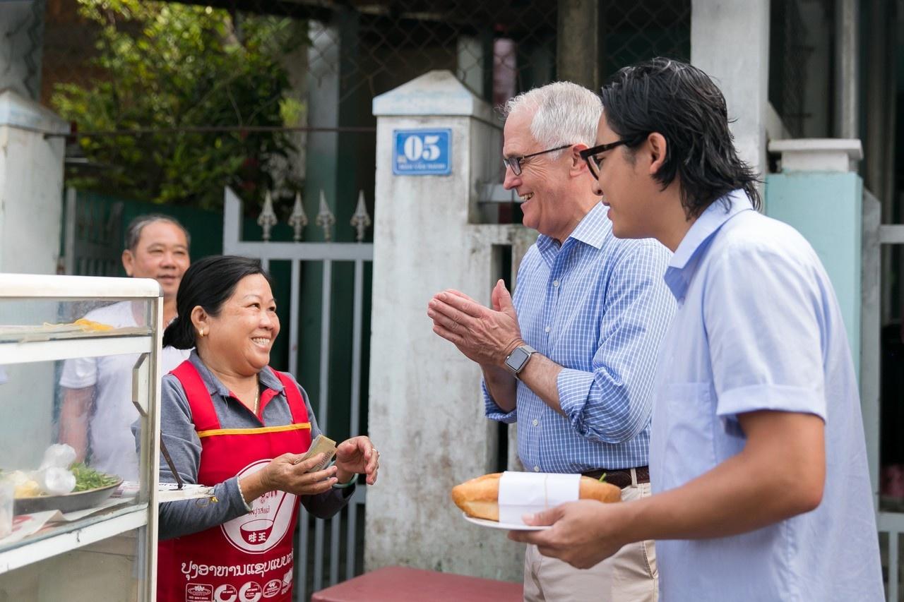 """""""Tuy nhiên, đây là lần đầu tiên tôi dùng bánh mì! Tôi thực sự yêu thích vị  tươi mới trong các món ăn Việt Nam"""", ông Turnbull nói."""