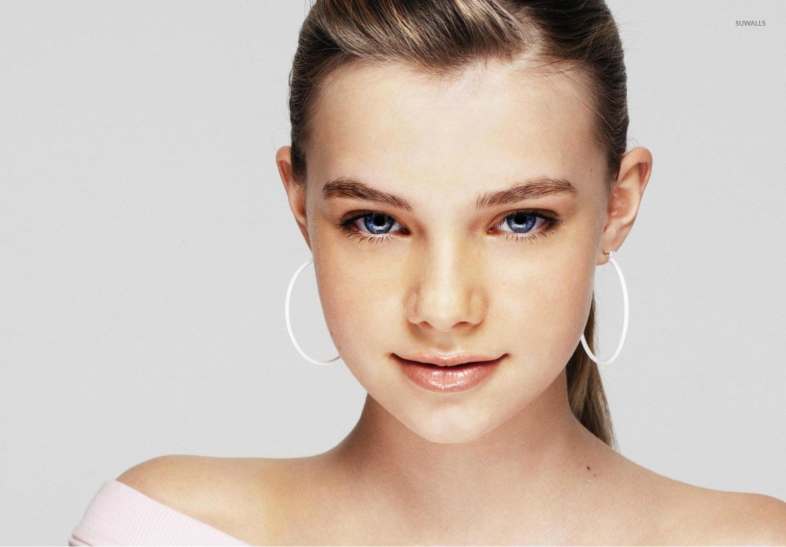 Indiana Evans (27 tuổi) là nữ diễn viên, ca sĩ kiêm nhạc sĩ xinh đẹp người  Australia. Cô được nhớ đến với vai diễn Bella Hartley trong phim H2O: Just  Add ...