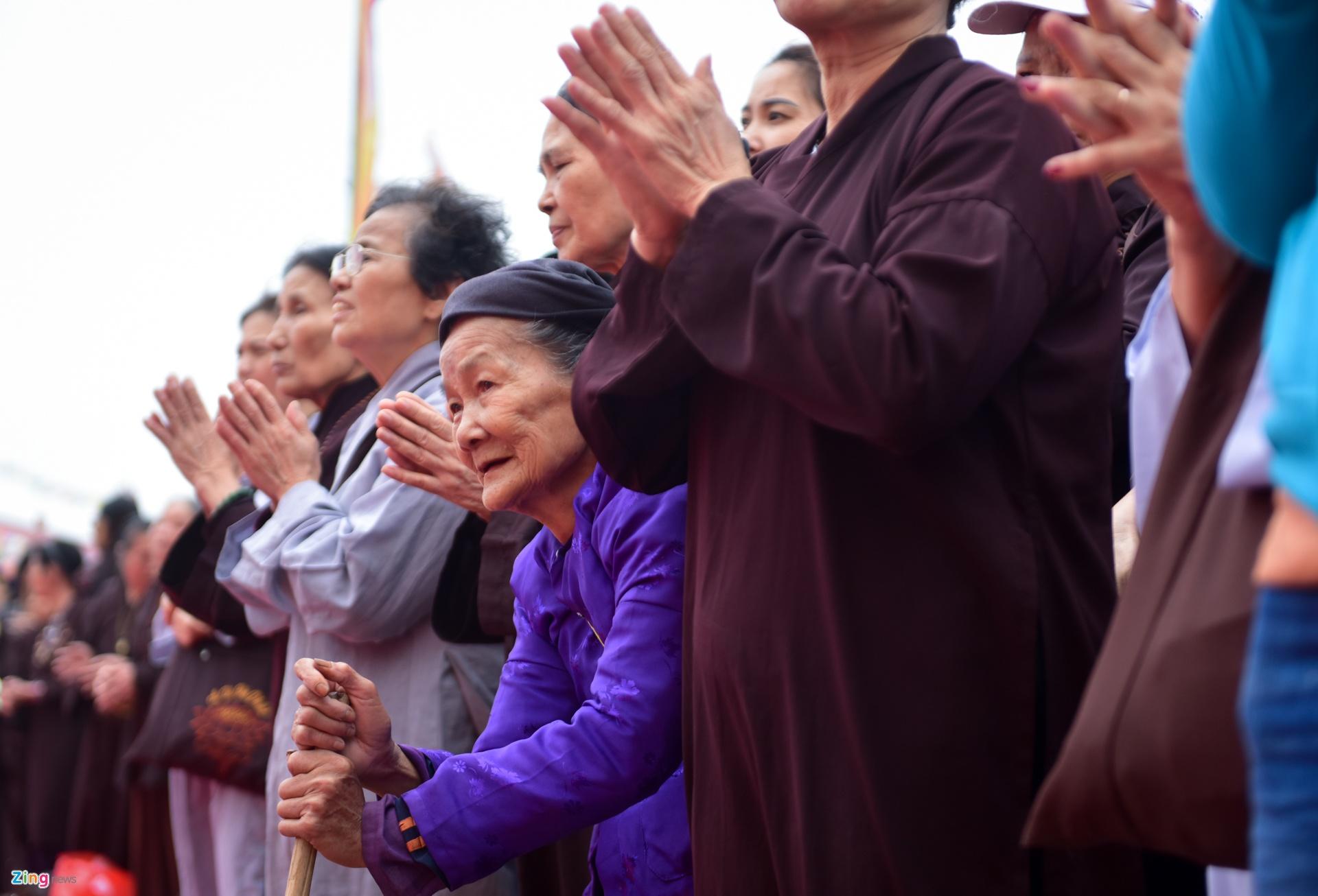 Cụ Lê Sinh (81 tuổi) đã đi bộ 3 km từ 4h sáng để được chứng kiến bức tranh  Mandala Phật Quan Âm. Mỗi khi Đức Pháp Vương sang Việt Nam, ...