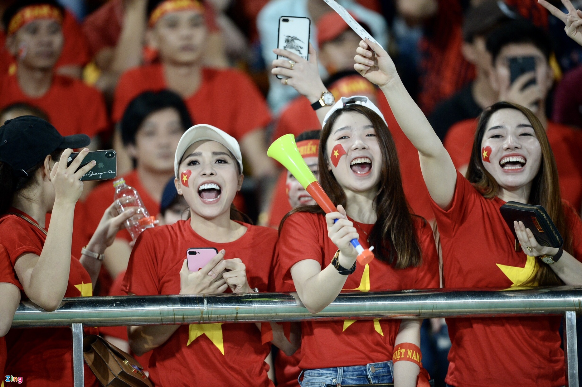 Bầu không khí cuồng nhiệt đã được người hâm mộ đội tuyển Việt Nam tạo ra  trên khắp khán đài. Rất đông cổ động viên nữ đã có mặt để tiếp lửa ...