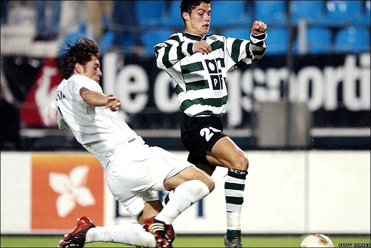 Ronaldo: Tuoi tho khon kho cua dua tre suyt khong duoc ra doi hinh anh 4