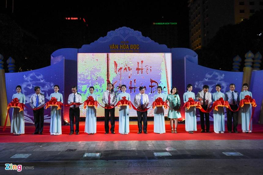 Phố đi bộ Nguyễn Huệ thu hút hàng nghìn người mê sách