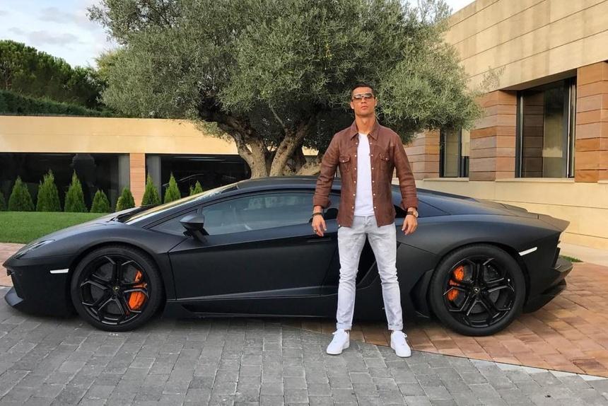 Ngoai Rolls-Royce Cullinan moi sam, Cristiano Ronaldo co du bo sieu xe hinh anh 7