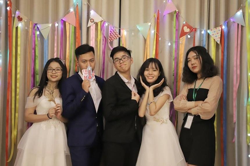 Ninh Quỳnh Anh (ngoài cùng bên trái) trúng tuyển 11 trường đại học tại Mỹ và Nhật Bản.