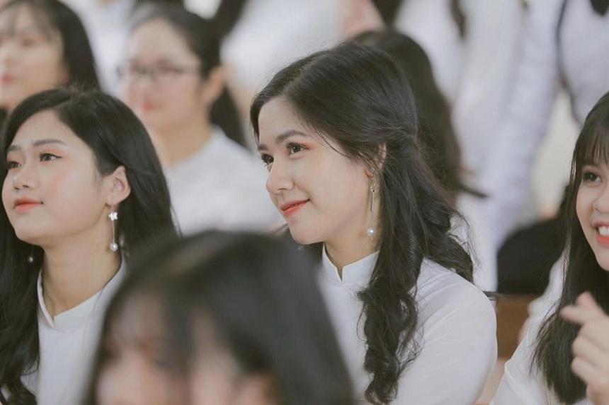 Nguyễn Ngọc Mai, học sinh lớp 12 Văn trường THPT chuyên Lào Cai được nhiều người khen xinh xắn.