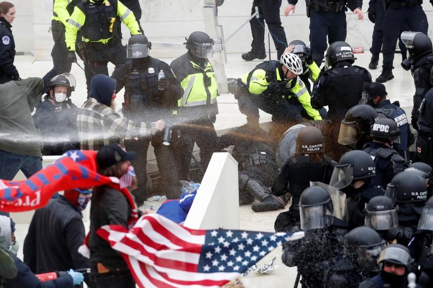 Hơn bốn giờ hỗn loạn ở Điện Capitol trong 'ngày định đoạt' - Tư liệu -  ZINGNEWS.VN