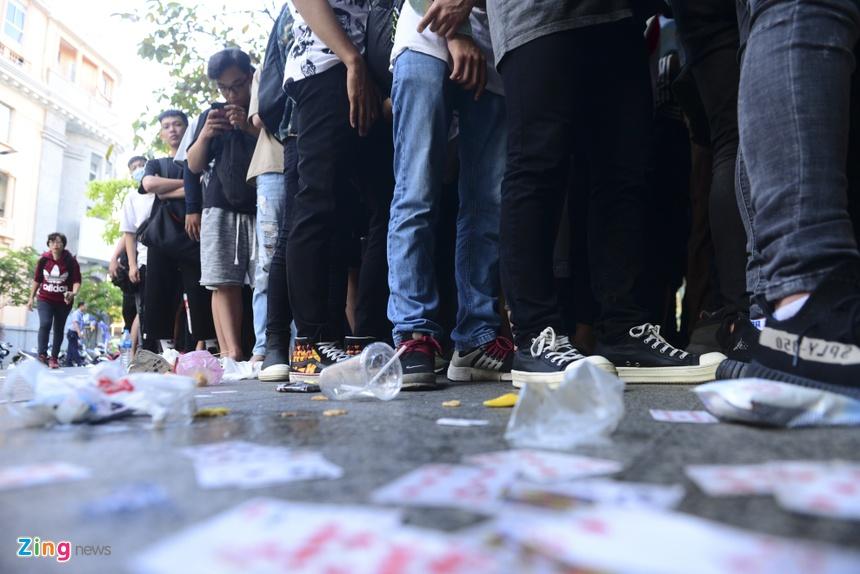 c3cceb199 Bạn trẻ Sài Gòn xếp hàng từ 0h mua giày Yeezy 500 Blush 5