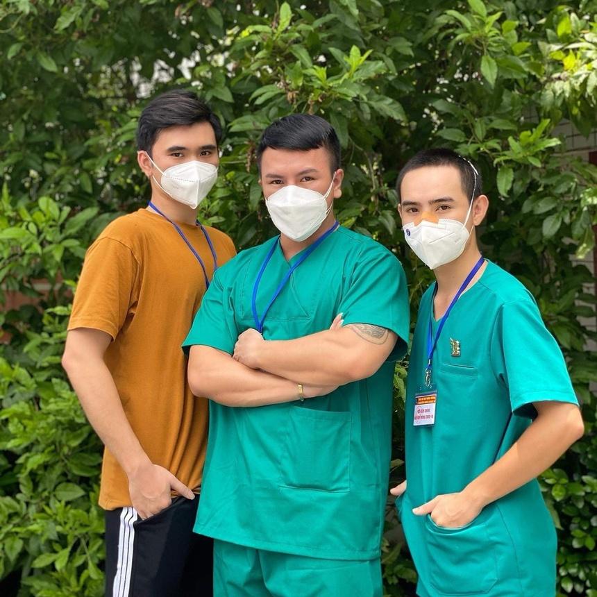 Tinh nguyen vien o TP.HCM cho cu ba om de do so khi tiem vaccine anh 5