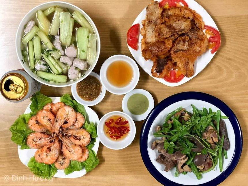Mâm cơm cho 6 người đầy đủ dinh dưỡng gồm: Tôm hấp, mề gà xào đỗ, nạc vai  chiên giòn tẩm bột, canh chua mọc dọc mùng.