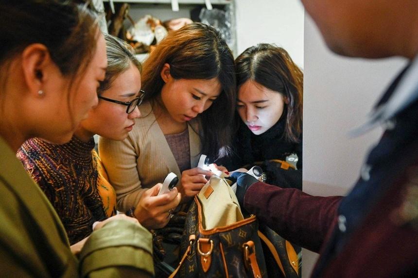 Giới nhà giàu Trung Quốc chi tiền học cách nhận biết hàng fake