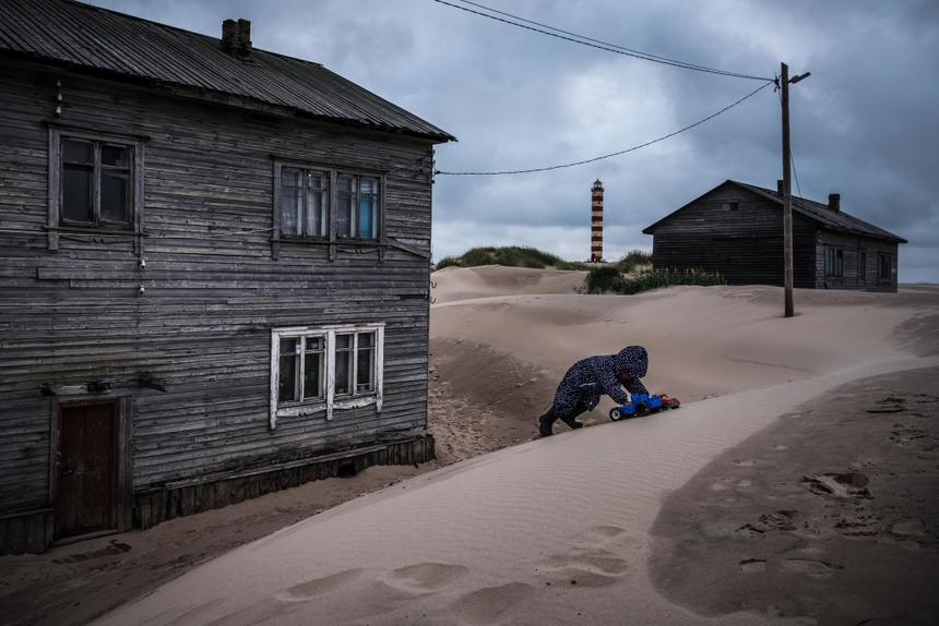 Bị cát 'nuốt chửng', dân làng ở Nga học cách sinh tồn trên bãi biển