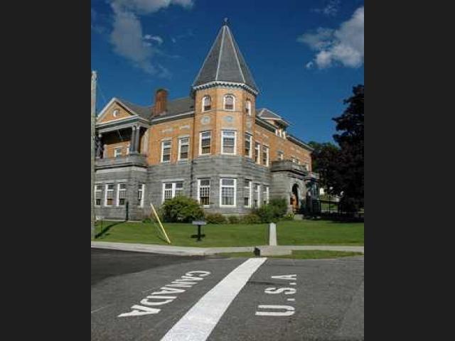 7. Biên giới Mỹ/Canada: Đường biên của Mỹ và Canada chạy ngang thị trấn Berby Line, qua các công trình và nhà dân. Trong nhiều trường hợp, một gia đình có thể nấu ăn ở một nước và sau đó ăn ở một nước khác. Tại đây còn có thư viện cộng đồng Hasket và nhà hát Opera được xây dựng trên đường biên một cách có chủ đích. Sân khấu của nhà hát nằm ở Canada, nhưng lối vào và phần lớn các hàng ghế khán giả nằm ở Mỹ. Đồng thời, nhà hát này cũng có hai địa chỉ, một ở Mỹ và một ở Canada.