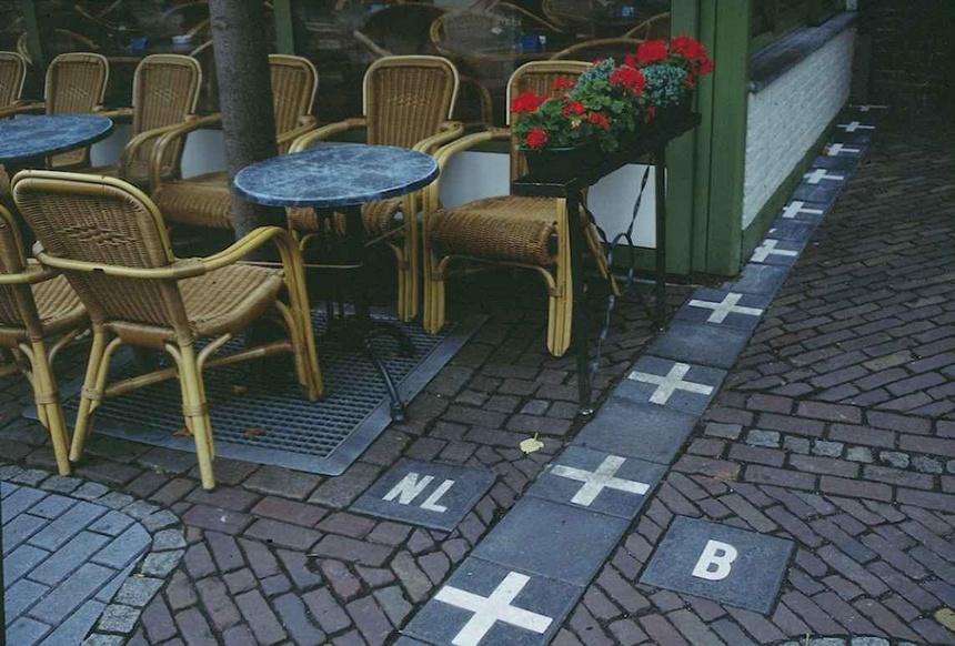 3. Biên giới Hà Lan/Bỉ: Đây là một trong những biên giới tuyệt nhất chia tách hai quốc gia châu Âu. Đường biên giữa Hà Lan và Bỉ trông rất đơn giản, nhưng thực ra lại khá phức tạp. Thị trấn Baarle nằm ngay trên biên giới, đường biên chạy qua giữa các quán cà phê, nhà hàng, nhà dân và vườn tược... do đó, bạn có thể làm việc ở Bỉ nhưng ở tại Hà Lan.