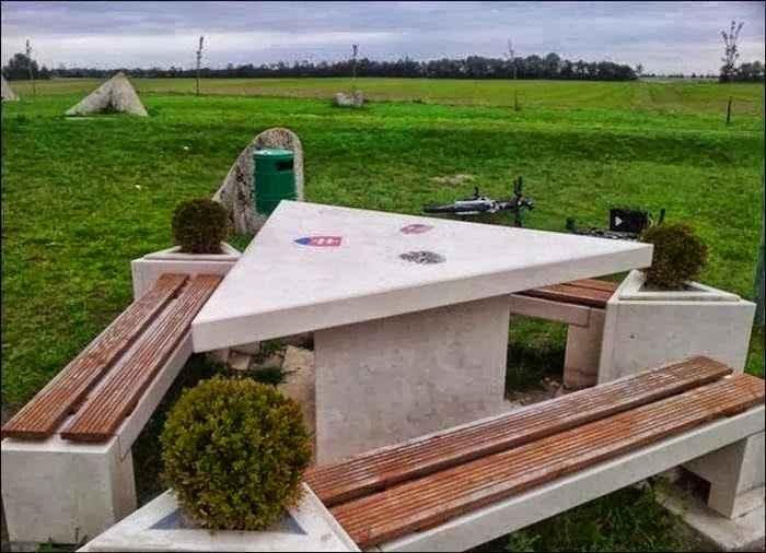 5. Biên giới Áo/Slovakia/Hungary: Biên giới của ba quốc gia này là một bàn ăn dã ngoại hình tam giác nằm giữa một cánh đồng xanh tươi. Trên bàn có biểu tượng của ba nước, cho biết bạn đang ngồi ở quốc gia nào.