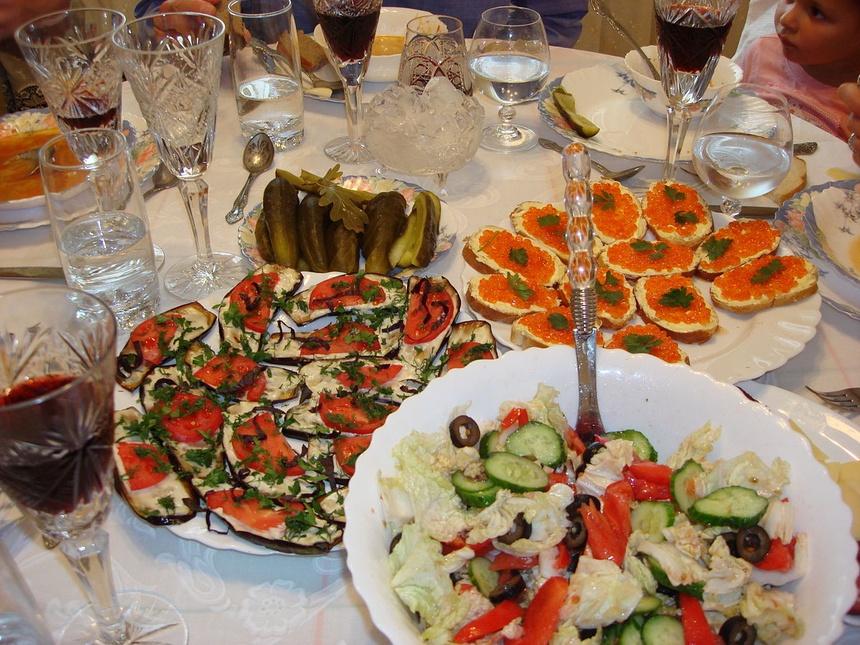 Bữa tiệc đón năm mới ở Nga không thể thiếu những món ăn gì?