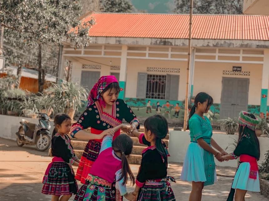 Cô giáo trẻ rời thành phố lên vùng cao dạy học.