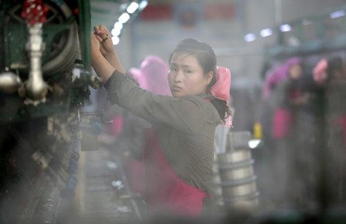 Phóng viên AP qua nhiều lần trải nghiệm ở Triều Tiên đã ghi lại hình ảnh các công nhân ở khắp các khu sản xuất trên đất nước bí ẩn này.